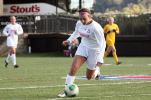 Claire Murray | The Duquesne Duke Freshman A.J. Baroffio prepares to move the ball down the field in the Dukes' 3-0 loss to the La Salle Explorers. The Dukes generated chances but could not capitalize Sunday afternoon.